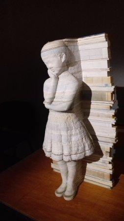 Audacieux sculpture de papier dans des livres - Picture of Musee du Papier CB-55