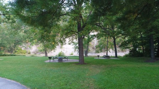 Madison, OH: Picnic tables and grills