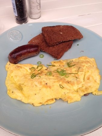 Melkbosstrand, Güney Afrika: Mushroom omlelette with beef sausage and rye toast
