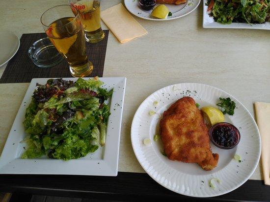 Roppen, Austria: Cordon Bleu mit Salat