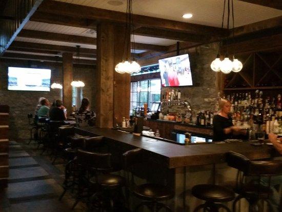 Boiling Springs, Pensilvania: beautiful bar area off restaurant