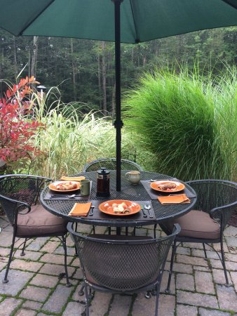 Hungry Ghost Guest House: Vegan breakfast on the back patio