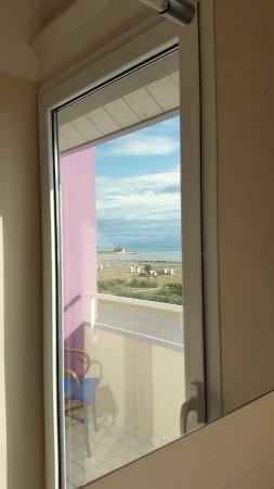 Lux Hotel : Die Kirche spiegelt sich im Badezimmerspiegel wieder