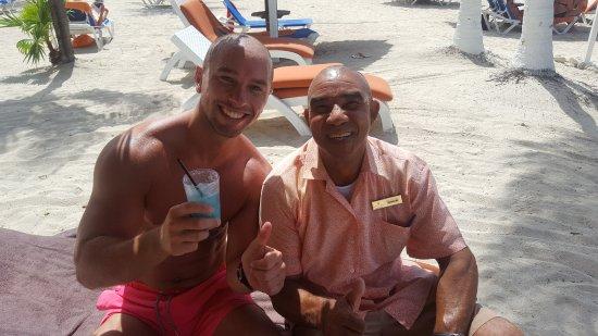 Sunscape Curacao Resort Spa & Casino: Met fantastisch lieve barman Kenneth!