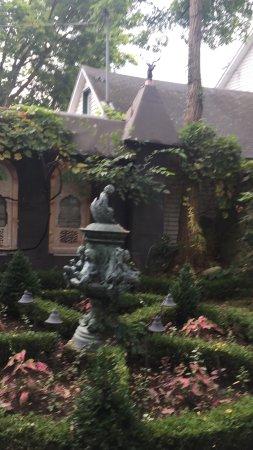 Alma, WI: Garden Suite gardens