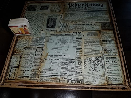 Bad Konigshofen, Allemagne : originelle Tische mit alten Zeitungsausschnitten