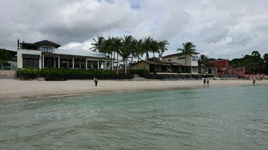 Baan Talay Resort : 海から見た外観。左がレストラン、右がビーチフロントの部屋