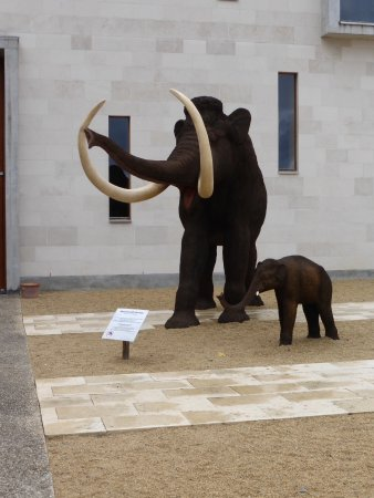 Le Grand-Pressigny, Frankrig: In the courtyard outside, woolly mammoth and baby