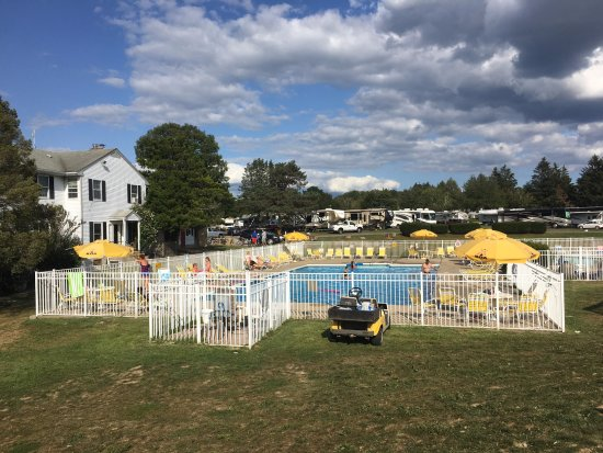 North Stonington, CT: Awesome pool with gorgeous views all around