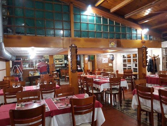 Marcos Juarez, Argentina: Blick zur Küche, Der Grill ist hinter Glas, daher wenig Rauch und Geruch im Restaurant