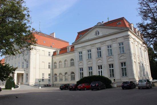 Austria Trend Hotel Schloss Wilhelminenberg Wien: Erster Eindruck beim Eintreffen auf dem Hotelgelände mit Hotelparkplatz.
