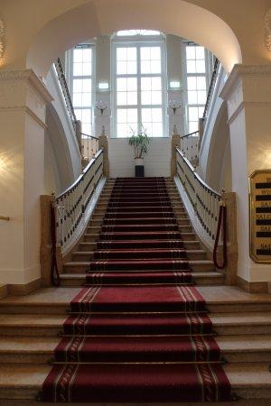 Austria Trend Hotel Schloss Wilhelminenberg Wien: Über diese Treppe geht es ins Obergeschoss (Lift ebenfalls vorhanden).
