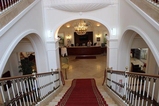 Austria Trend Hotel Schloss Wilhelminenberg Wien: Blick vom Obergeschoss auf die Rezeption.