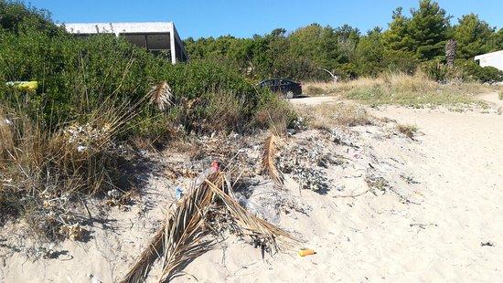 Chaniotis, กรีซ: Plaża i śmieci i ludzie. Czy nam już nic nie przeszkadza?