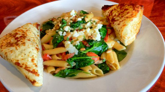 Folsom, Californië: Penne Pasta with Chicken, Feta and Pine Nuts
