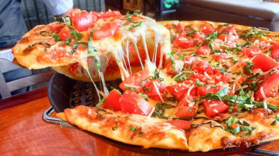 Folsom, Californië: Margherita Pizza Thin hand tossed crust with light pizza sauce, olive oil, garlic puree, mozzare