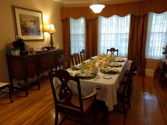 Colby House Bed & Breakfast : Ready for a fine breakfast.