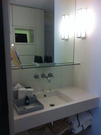 sofitel paris arc de triomphe salle de bain bien lumineuse