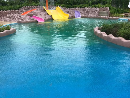 Splash Jungle Waterpark: Great new slides but bright green mould in new kids pool, pool bar and other places is unaccepta