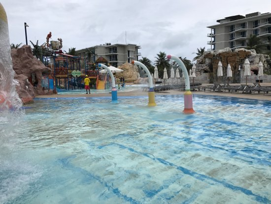 Splash Jungle Waterpark: Mould in new kids pool and bar pool is unsafe and unacceptable. It was in other areas as well. T