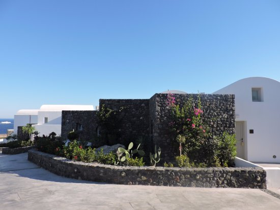 Great luxury hotel in Oia with 4 pools!