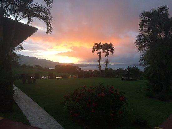 Nuevo Arenal, Costa Rica: Un almuerzo con una gran vista del lago Arenal, deliciosa comida y muy buena atención... nos cau