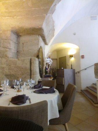 Cadenet, France: Vue d'une table aux assises exquises et aux voutes de pierres de rognes magnifiques.