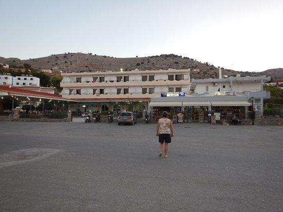 Yota Beach Hotel: Sowohl das Restaurant als auch ein Supermarkt direkt neben dem Hotel !