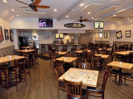 Uniontown, PA: Newly remodeled spacious dining area.