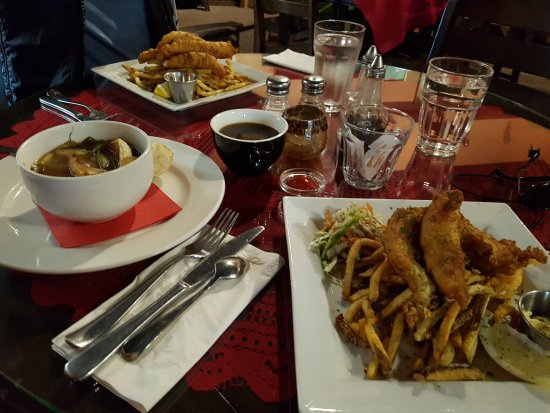 Longview, Canadá: 5-onion soup and a half order of fish 'n' chips on the right. Red snapper - yummmm!