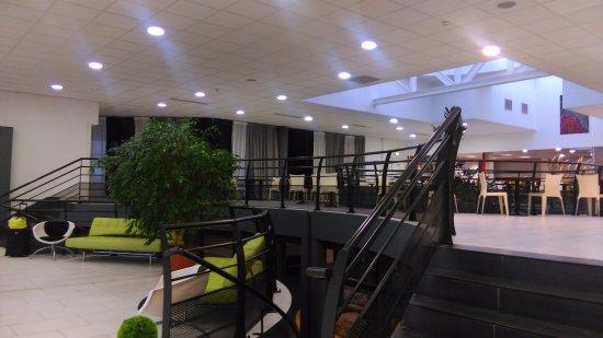Quality Suites Nantes Beaujoire : Hall d'accueil et salle de restauration