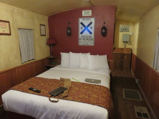 Canyon Caboose Bed & Breakfast: Master Bedroom