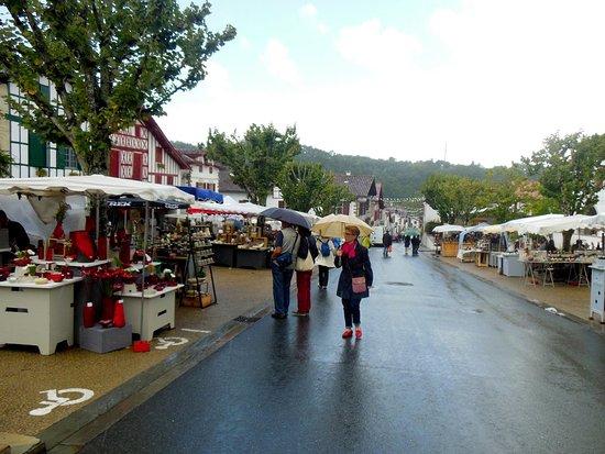 Les Collines Iduki : Le même marché des potiers... sous la pluie !