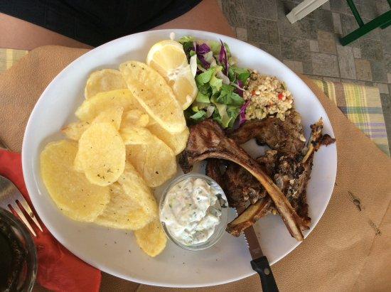 Mirthios, Greece: Παιδάκια με πατάτες και σαλατα