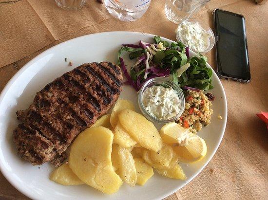 Mirthios, Greece: Γεμιστό μπιφτέκι με φέτα και πιπεριά πατάτες και τσατζικι