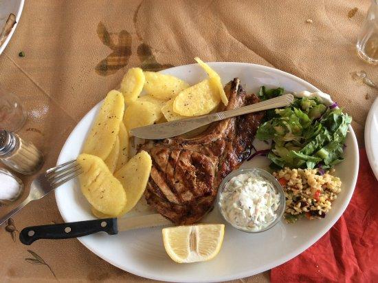 Mirthios, Greece: Χοιρινή μπριζόλα με πατάτες ατομικό τζατζίκι και σαλατα