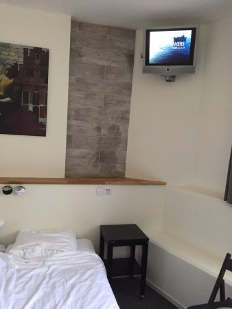 Quentin Amsterdam Hotel: Clever placement of the TV screen in Room 01 at the Quentin. Had the installer been to one of Am