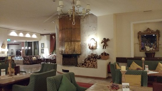 Sporthotel Igls: Comfortable lounge area with a huge log fire where you can have a drink or just sit.