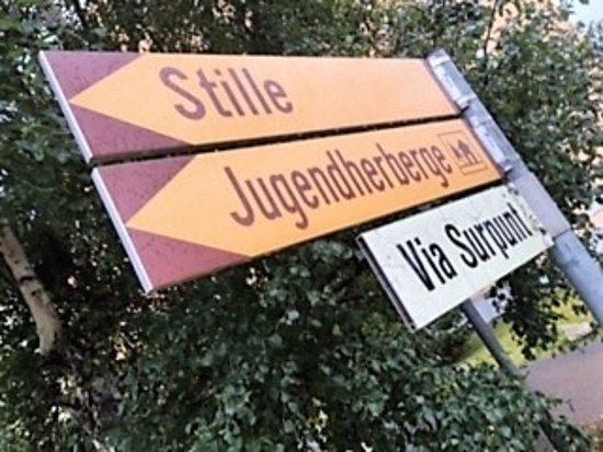 St. Moritz Youth Hostel: Schon der Wegweiser hat Stil!