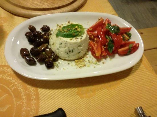 Ploaghe, Itália: tortino di ricotta e granelli di pistacchio,pomodorini e olive