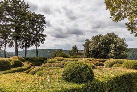 Vezac, فرنسا: alleen eerste stuk heeft geschoren buxushagen, rest van het park zijn slechts lange, rechte pade