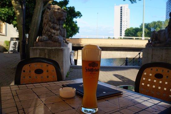 Novotel Berlin Mitte: Ресторанчик немецкой кухни неподалеку от отеля (через мост)