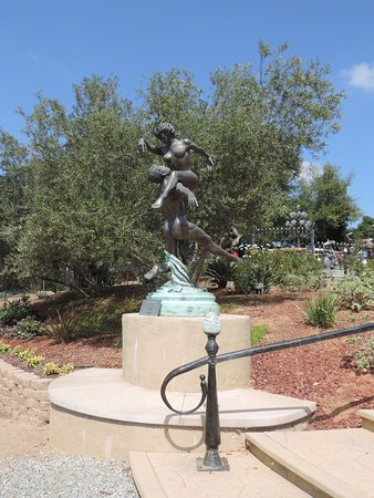 Salerno Winery: Statues and grounds at Salerno