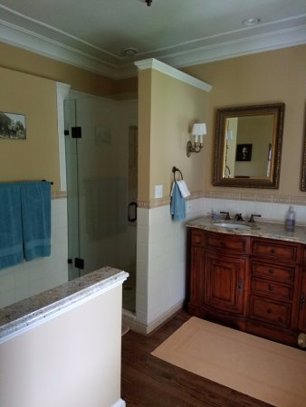 Olney, MD : En suite bathroom in Eleanor's room