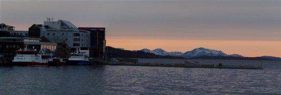 Harstad, Norwegia: Außenansicht vom Hafen (Mitternachts-Panorama im Mai)