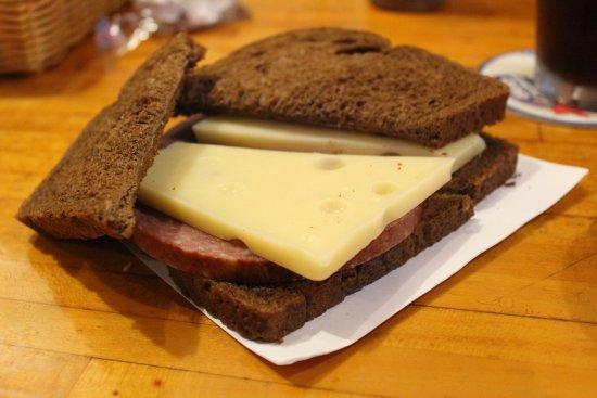 มอนโร, วิสคอนซิน: Soft salami and thick Swiss cheese.