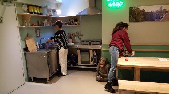 Tavoli per mangiare, lavello e cucina. - Picture of King Kong Hostel ...