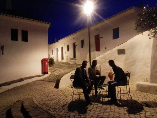 Vila do Bispo, Portugal : Uno degli incroci con tavolini e sedie per socializzare