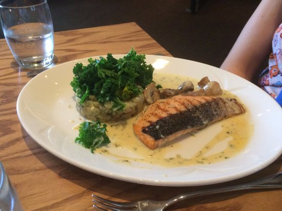Harrys Restaurant: Salmon with potato spinach and mushroom