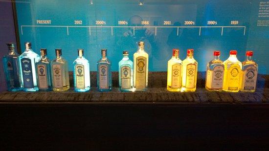 Whitchurch, UK: Collezione delle bottiglie usate storicamente dalla distilleria